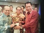 Penyerahan Cendra Mata kepada Menteri Koperasi dan UKM oleh Bambang M. Roselan sebagai CEO Permata Bunda Group