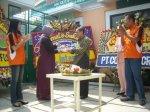 Penyerahan Tupeng oleh Presiden Komisaris PT. SURYA SEHAT GEMILANG Ibu Hj. Resmawati kepada Direktur RS Permata Bunda Group dr. Muqawwimudin, Sp.A